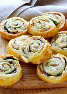Layered cheese and ham snails very simple to prepare. They are perfect as an aperitif. Ovo Vegetarian, Fast Food, Yummy Food, Tasty, Healthy Diet Plans, Ham And Cheese, Group Meals, Different Recipes, Food Videos