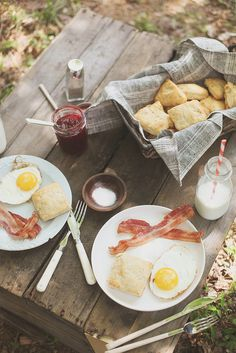 Country breakfast picnic w/ yogurt biscuits, jam, and milk in a mason jar Country Breakfast, Breakfast Desayunos, Breakfast Biscuits, Health Breakfast, Perfect Breakfast, American Breakfast, Camping Breakfast, Breakfast Healthy, Love Food