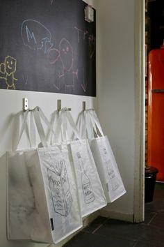 Fixe ganchos à parede para pendurar sacos de reciclagem e, assim, libertar espaço no chão