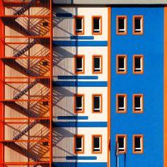 Se você curte arquitetura, cores e minimalismo, esse post é para você. Tempos atrás, passeando por feeds no Instagram, me deparo com o perfil do fotógrafo Yener Torun, e eis que praticamente passo por quase todas as fotos sem nem perceber. Marcadas por fortes contrastes, as fotos (em sua maioria partes de prédios), são sempre […]