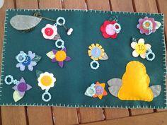 Livrinho da abelhinha. A criança deve passar a abelhinha pelas argolas das flores, numeradas de 1 a 10, incentivando o aprendizado dos números e a coordenação motora. Feito 100% a mão, em feltro.