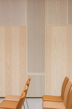 Gustafs perforated acoustic wood panels are cladding the walls in this conference room at Sköyen Atrium in central Oslo. All panels are produced in white pigmented ash veneer. The walls have been cladded with three different types of perforations. Wooden Wall Panels, Wood Panel Walls, Wooden Walls, Wood Interiors, Office Interiors, Wooden Wall Bedroom, Plywood Wall Paneling, Terrazzo, Conference Room Design