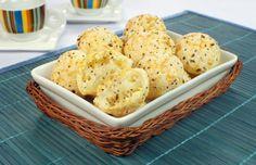 Tempo: 1h Rendimento: 12 Dificuldade: fácil Ingredientes: 1 e 1/2 xícara (chá) de tapioca pronta 50g de queijo parmesão light 2 potes de cream cheese light