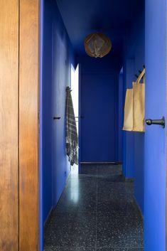 Flat Interior, Interior Design, Color Interior, Peinture Little Greene, Azul Anil, Blue Hallway, Amsterdam Houses, Blue Kitchen Cabinets, Wall Paint Colors