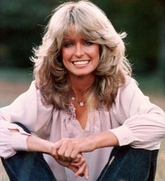 Farrah Fawcett hairstyle was remarkable and had a certain sexiness about it. In the was all about hair volume and Farrah Fawcett had it indeed. Find out how to get the Farrah Fawcett hairstyle. Farrah Fawcett, Cabelo Kate Middleton, Celebrity Hairstyles, Cool Hairstyles, Vintage Hairstyles, 1970s Hairstyles, Famous Hairstyles, Popular Hairstyles, Hairstyles Haircuts