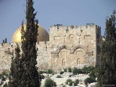 """A Porta Dourada - A mais conhecida e também a mais misteriosa das portas da cidade velha de Jerusalém. Essa porta foi fechada em 1541 como uma """"afronta"""" ou tentativa de impedir o cumprimento da profecia que diz que o Messias passará por ela novamente... #portadourada #goldengate #porondeviajo #jesusalem #israel #terrasanta by porondeviajo"""