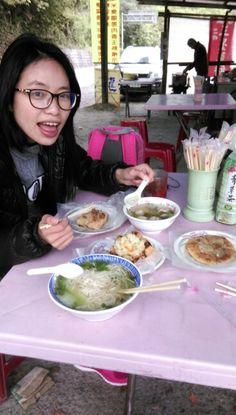 肉粽,臭豆腐,貢丸湯,陽春麵,蔥油餅,共175元。物美價廉啊!