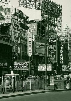 New York City, 1940 Greenwich Village, showing Horn and Hardart& Automat, and the Strand Bookstore, both NY institutions. New York Pictures, Old Pictures, Old Photos, Vintage Photos, Vintage Photography, Street Photography, Travel Photography, New York City, Amsterdam