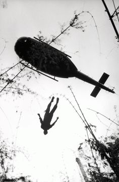 War Photography: Images Of Armed Conflict And Its Aftermath [PHOTOS] - Business Insider The body of an American paratrooper killed in action in the jungle near the Cambodian border is raised up to an evacuation helicopter in Vietnam. Vietnam War Photos, South Vietnam, Vietnam Veterans, Vietnam History, Reporter Photographe, Killed In Action, Armed Conflict, War Photography, Modern History