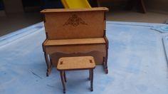 Piano mini <br>Linda peça com detalhes especiais, para compor sua casa de bonecas ou para decorar. Também utilizado para lembrancinhas do tema. <br>Em MDF cortado a laser, com aba que abre. <br>Contém duas peças: <br>piano 9x9x5 <br>banco 4x3x3,5