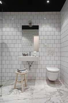 If I wouldn't know that this beautiful place was based in Sweden, I would have thought it was a New York loft. The rough industrial elements like the black glass walls, the exposed brick walls and the grey steel beams are softened … Continue reading → Bathroom Grey, Bathroom Layout, Master Bathroom, Master Baths, Bad Inspiration, Bathroom Inspiration, Minimalist Small Bathrooms, Loft Estilo Industrial, Exposed Brick Walls