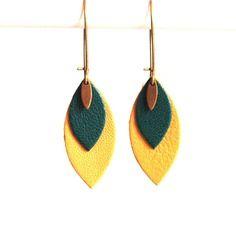 Boucles d'oreilles cuir feuille vert et jaune moutarde ocre, sur monture bronze