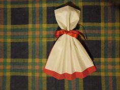 Pliage serviette en forme de robe deux couleur blanc et rouge