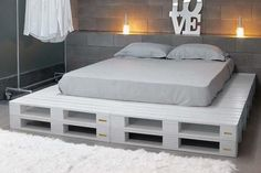 DIY Chic White Platform Pallet Bed | 99 Pallets