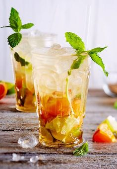 Mandarinen-Mojito When all the presents are unpacked, it's time to put your feet up and enjoy this cool long drink. Milk Shakes, Healthy Eating Tips, Healthy Nutrition, Fun Drinks, Yummy Drinks, Mojito Cocktail, Long Drink, Vegetable Drinks, Bacardi