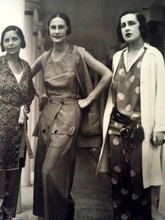 Au centre Schiaparelli a Deauville. Photo Seeburger, no. 37, 28 July 1929. vintage fashion style designer couture 20s 30s lounge pants pajamas deco models