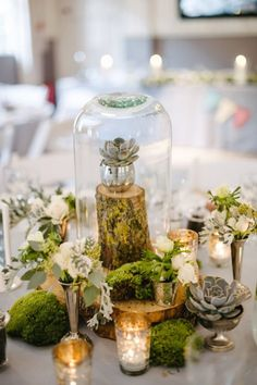 Igazi erdei hangulatot idéz ez a mohából, fehér rózsából és kövirózsából összeállított esküvői asztaldísz. Nagyon különleges, imádjuk.