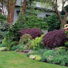 Herrliche Garten Landschaft voller bunter Blumen - lila