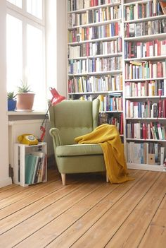 Tolle Leseecke mit deckenhohem Bücherregal Great reading area with ceiling-high bookshelf Strandmon Ikea, Living Spaces, Living Room, Home Libraries, Home And Living, Room Inspiration, Bookshelves, Sweet Home, New Homes