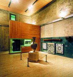 1997 – Museo de la Alhambra Ocupa el ala sur de la planta baja del Palacio de Carlos V, se distribuye en siete salas, la primera de contenido temático y las restantes ordenadas cronológicamente. El número y calidad de los Fondos del Museo de la Alhambra hace que sea la mejor colección existente de Arte hispanomusulmán y en especial Arte Nazarí.