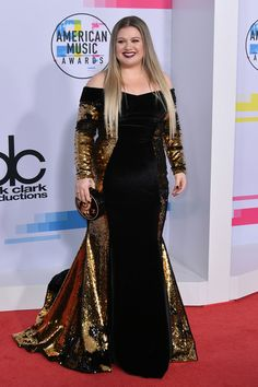 Kelly Clarkson from 2017 American Music Awards: Red Carpet Fashion The pop star goes for a dramatic look in black and gold velvet. Celebrity Red Carpet, Celebrity Style, Celebrity Gowns, Selena Gomez, American Music Awards 2017, Look Plus, Glamour, Red Carpet Looks, Red Carpet Dresses