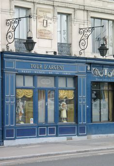 One of Paris' oldest and most famous restaurants, La Tour d'Argent, overlooks the Seine River. Pressed duck is the specialty of this Michelin starred restaurant. Restaurant Paris, Paris Restaurants, Restaurant Door, Paris Travel, France Travel, Travel City, Shopping Travel, Beach Travel, Paris France