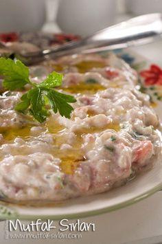 Merhabalar Sevgili Dostlar, Hafta sonu için sizlere lezzetli mi lezzetli bir tarifim var. Patlıcan ve yoğurdun o mükemmel uyumunu zaten hepimiz biliyoruz. Közlenmiş patlıcanla yapılan o patlıcan salatasına da bayılıyoruz. Şimdi iki harika lezzetin aynı…