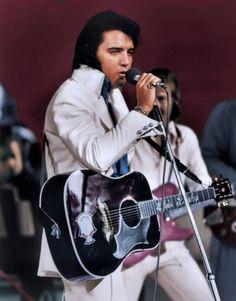 Elvis on stage at the Las Vegas Hilton august 1972 .
