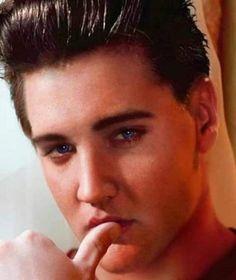 Elvis Presley Priscilla, Elvis Presley Movies, Elvis Presley Photos, Classic Singers, Star Trek Posters, Elvis Memorabilia, Young Elvis, Pin Up Outfits, Awesome Beards
