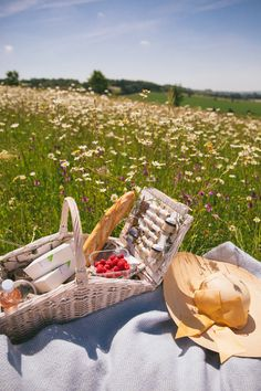 Picnic Ideas Discover Daylesford Cotswolds - The Londoner The Londoner Daylesford Cotswolds Nature Aesthetic, Summer Aesthetic, Aesthetic Girl, Aesthetic Clothes, Picnic Date, A Picnic, Picnic Theme, Backyard Picnic, The Last Summer