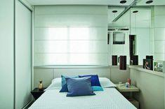 """<span>""""Os espelhos foram utilizados com a intenção de trazer profundidade para o dormitório, além de criar um efeito interessante de iluminação a partir do rasgo de luz acima da cama"""", detalha a arquiteta Isabel Amorim.</span>"""