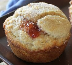 These freshly baked low fat strawberry cinnamon muffins have a surprise of strawberry jam tucked inside. Dessert Weight Watchers, Plats Weight Watchers, Muffin Recipes, Cupcake Recipes, Brunch Recipes, Yummy Recipes, Muffin Light, Low Fat Muffins, Strawberry Muffins