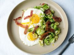 Brussels sprout hash with bacon and fried eggs - Recipes - Kitchen Stories