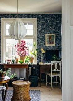 In Bloom - Workshop hos Krickelin House Plants Decor, Plant Decor, Interior Design Living Room, Living Room Decor, Design Retro, Cozy Place, Scandinavian Interior, Interior Inspiration, Beautiful Homes