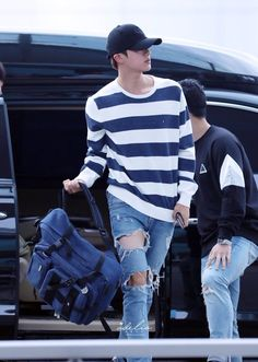 Find images and videos about kpop, bts and jin on We Heart It - the app to get lost in what you love. Taehyung, Jungkook Jeon, Yoongi, Bts Jin, Seokjin, Bts Airport, Airport Style, Airport Fashion, Kpop Fashion