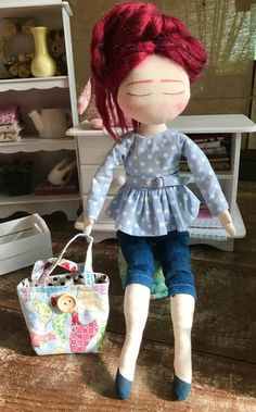 Boneca de pano Sewing Clothes, Doll Clothes, Doll Maker, Diy Dollhouse, Cute Dolls, Fabric Dolls, Softies, Doll Patterns, Embroidery