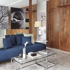 Living | sobreposição de quadros e paredes revestidas por espelhos e painel de madeira!  (Projeto Anastasiadis | Foto Mariana Orsi)  @decor.lifestyle   decorechic