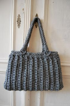 Quick and Easy crocheted bag *Inspiration* - Looks like it is crocheted out using scraps from an old t-shirt but there's no pattern so I'm not sure. Maybe zpagetti ? Bag Crochet, Crochet Handbags, Crochet Purses, Love Crochet, Beautiful Crochet, Crochet Crafts, Crochet Clothes, Crochet Stitches, Crochet Projects