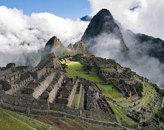 """#Perou #MachuPicchu De son nom quechua """"vieille montagne"""", le Machu Picchu est perché à 2045 mètres de hauteur dans des escarpements. Cette cité perdue des Incas est une stupéfiante création urbaine, aux multiples temples dédiés au dieu Soleil. http://vp.etr.im/a0d4"""