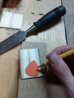 How to make wood guitar picks for less than the price to buy them - Album on Imgur