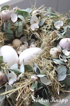 .leuke paaskrans met hooi en eieren