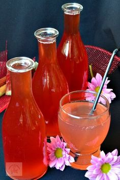 Sirop de rubarba | CAIETUL CU RETETE Romanian Food, Romanian Recipes, Health Snacks, Preserving Food, Dental Health, Hot Sauce Bottles, Smoothies, Alcoholic Drinks, Food And Drink