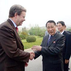平壌を出発する朝鮮労働党の姜錫柱書記(右)=6日(共同) ▼6Sep2014共同通信|北朝鮮高官、訪欧へ出発 中国側とも接触か http://www.47news.jp/CN/201409/CN2014090601001276.html #Kang_Sok_ju #Pyongyang