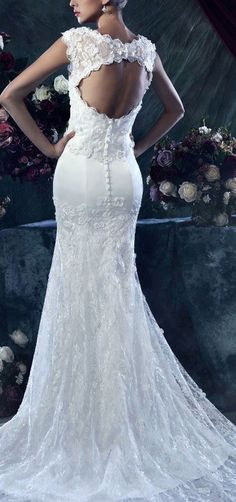 This is absolutely gorgeous.. I need to lose a ton of weight before I get married so I can wear something like this!!