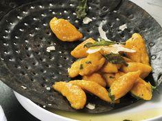 Marchewkowa wersja pękatych klusek kładzionych. Będą dobrze smakować polane serowym sosem lub masłem z chrupiącą szałwią.