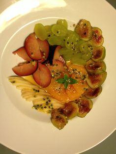 Salada de fruta com figos grelhados com sumo de laranja com maracujá e hortelã