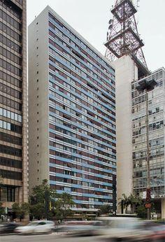 Cinquentões cobiçados: 10 prédios antigos de SP - Casa - Formado por duas torres, uma de frente para a avenida Paulista e a outra para a rua São Carlos do Pinhal, está este belo projeto arquitetônico assinado pelo arquiteto francês Jacques Pilon e por Gian Carlo Gasperini, arquiteto italiano radicado no Brasil. Os apartamentos, também de um, dois, três quartos (de 70 a 193 m²), têm enormes janelas nas salas e dormitórios.