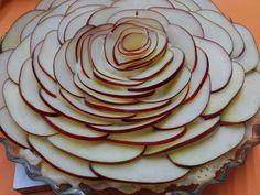 Ingredientes: Masa quebrada Crema pastelera 3 manzanas rojas Almíbar denso     Una vez que hemos pincelado el molde con mantequilla ,hemos...