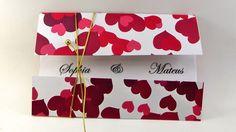 Convite em papel Papel Vegetal <br>Envelope em papel 180g <br>Opção de cores impressão: escolha do cliente <br>ENFEITE INCLUSO NO CONVITE, cor Dourada ou Prata. <br> <br> <br>Dimensões 14 x 20 cm <br> <br>NÃO ENVIAMOS AMOSTRAS E NÃO VENDEMOS MENOS DE 20 UNIDADES. <br> <br>Prazo para entrega: 20 uteis. <br>ITENS VENDIDOS SEPARADAMENTE: <br>Convites individuais 5x3,5cm_________________________________R$20,00 O CENTO <br>Embalagens______________________________R$25,00 O CENTO <br>Tags para…