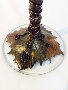 Detalle de base de copa de vino decorada con hoja de vid en arcilla polimerica. Creado por Stephanie Henke para Isainar Creaciones.